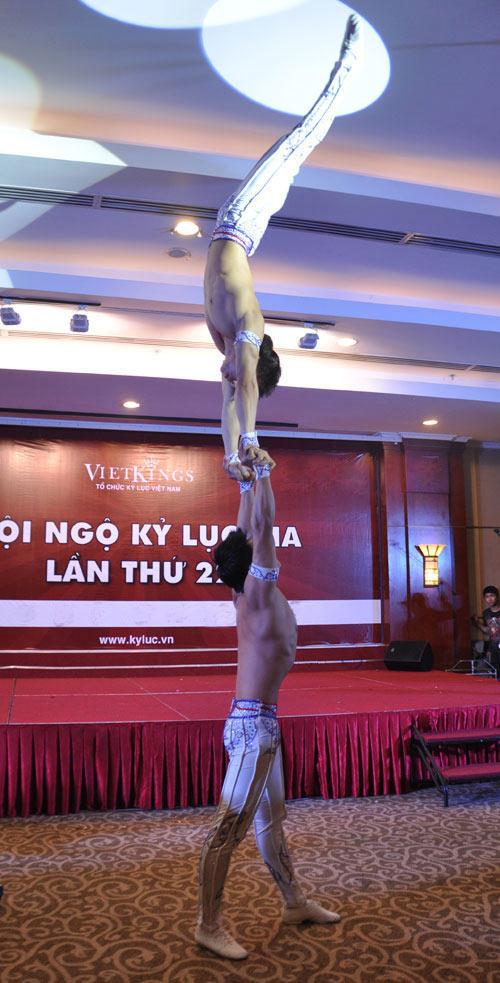 Nghẹt thở với màn nhào lộn của kỷ lục gia Việt Nam - 6