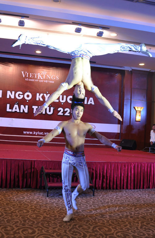 Nghẹt thở với màn nhào lộn của kỷ lục gia Việt Nam - 13