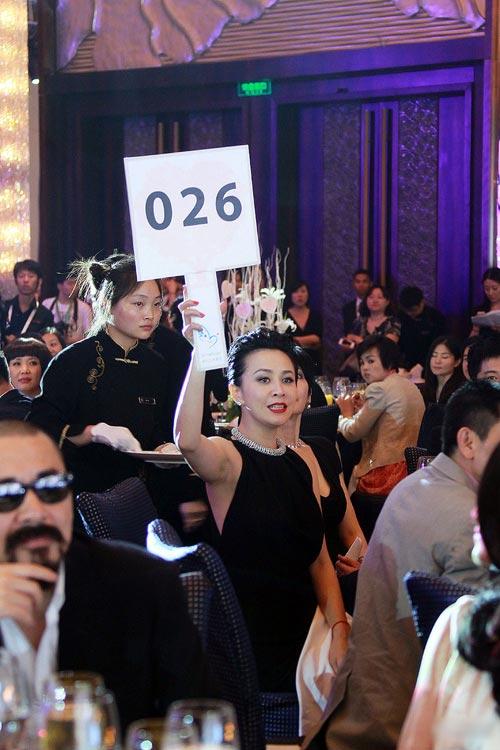 Lưu Gia Linh nổi bật trong tiệc từ thiện - 4