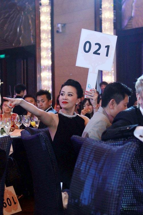 Lưu Gia Linh nổi bật trong tiệc từ thiện - 5