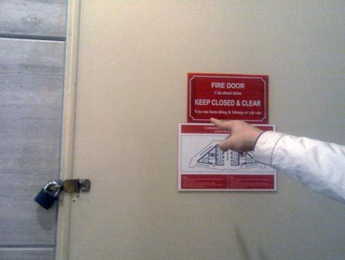 """Ngất xỉu vì bị """"nhốt"""" trong thang máy - 2"""
