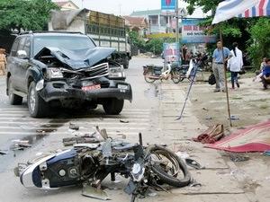 Xe máy đấu đầu ôtô, 3 người chết thảm - 1