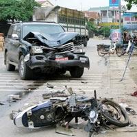 Xe máy đấu đầu ôtô, 3 người chết thảm