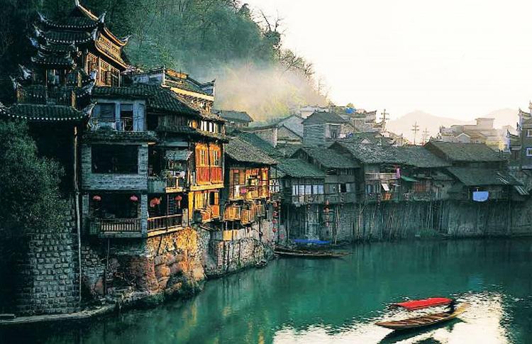 Dù cả trăm năm trôi qua, Fenghuang là đô thị cổ được bảo tồn rất tốt.
