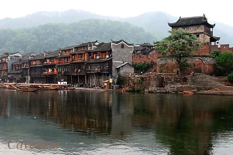 Ở Fenghuang, ngôn ngữ dân tộc độc đáo, phong tục, nghệ thuật cổ xưa vẫn còn rõ nét.