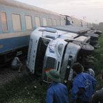Tin tức trong ngày - Ô tô lật, tàu hỏa phải dừng khẩn cấp