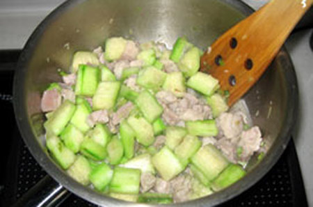 Canh mướp nấu thịt đậm đà bữa cơm chiều - 3