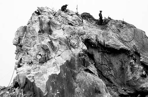 Phận làm phu treo đời trên vách đá - 1