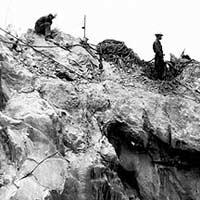 Phận làm phu treo đời trên vách đá