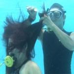 Phi thường - kỳ quặc - Người đầu tiên biểu diễn cắt tóc dưới nước