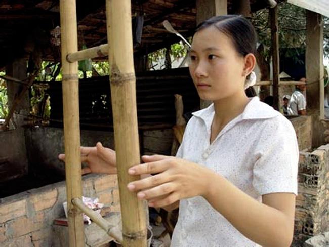 """Cô bé Trương Thị Thùy Linh ở Củ Chi lại có một khả năng đặc biệt, gọi là """"viễn di vận động"""". Cô gái chỉ động tay vào hai bên thành của chiếc thang, nó sẽ di chuyển theo bước chân của cô."""