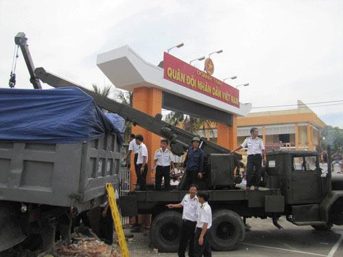 Xe tải tông doanh trại quân đội, 3 người chết - 1