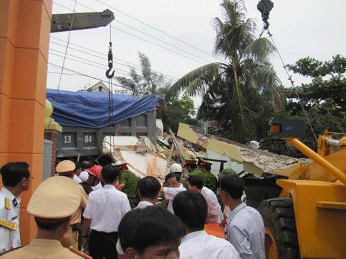 Xe tải tông doanh trại quân đội, 3 người chết - 2