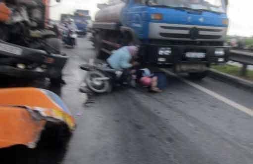 Tai nạn kinh hoàng dưới chân cầu Thanh Trì - 1