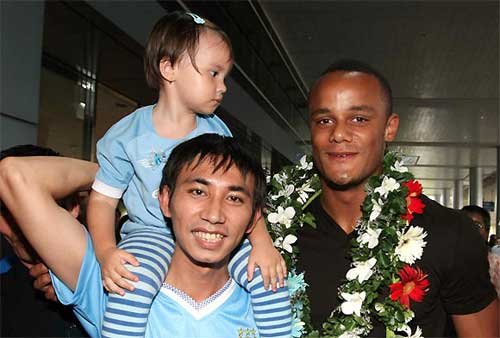Xc ng b 3 tui tng hoa Kompany, Bng , kompany toi viet nam, be gai tang hoa kompany, kompany, man city,  doi truong man city, bong da, bong da 24h, ket qua bong da, bao bong da, euro 2012, lich euro 2012