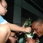 Xúc động bé 3 tuổi tặng hoa Kompany