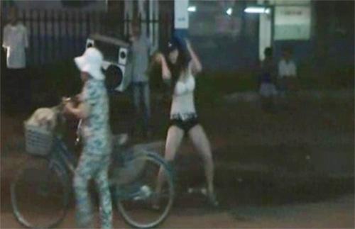 Phản cảm cô gái nhảy khiêu dâm giữa phố - 4