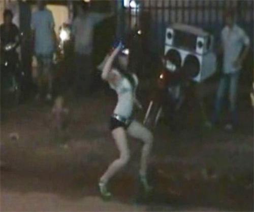 Phản cảm cô gái nhảy khiêu dâm giữa phố - 5