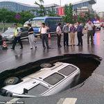 Tin tức trong ngày - Hố tử thần nuốt chửng ô tô tại Trung Quốc