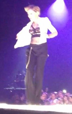 Sau khoe ngực, Madonna khoe vòng 3 - 5