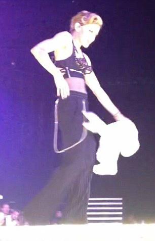 Sau khoe ngực, Madonna khoe vòng 3 - 6
