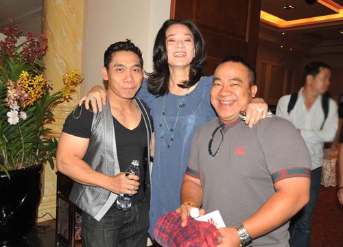 Mặc scandal, Ngân Khánh vẫn đi hát - 4