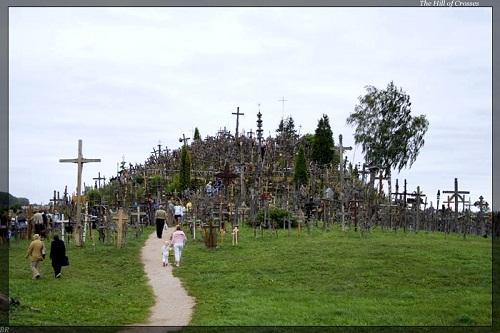 Vẻ đẹp lạ lùng của ngọn đồi thánh giá ở Lithuania - 1