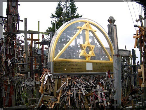 Vẻ đẹp lạ lùng của ngọn đồi thánh giá ở Lithuania - 14