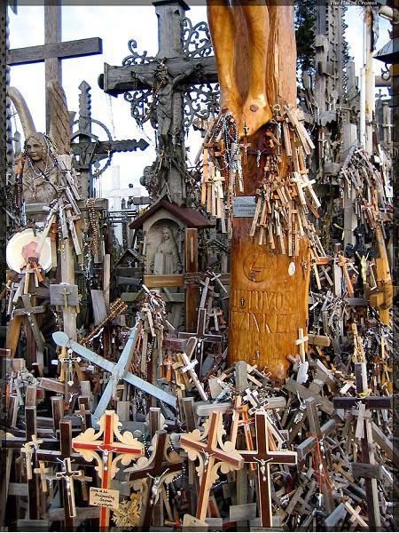 Vẻ đẹp lạ lùng của ngọn đồi thánh giá ở Lithuania - 16