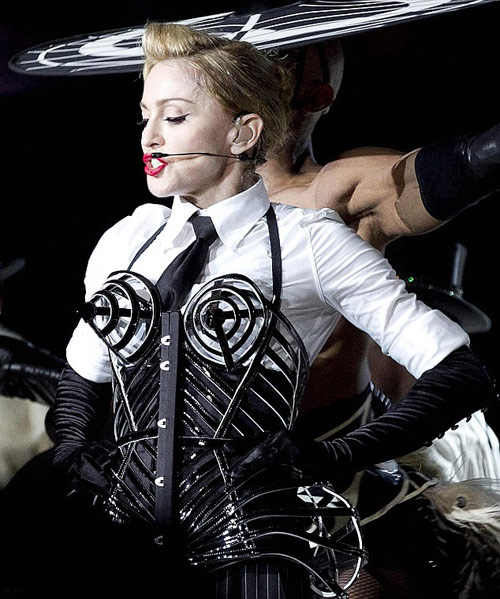 Sau khoe ngực, Madonna khoe vòng 3 - 2