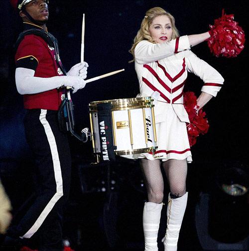 Sau khoe ngực, Madonna khoe vòng 3 - 3