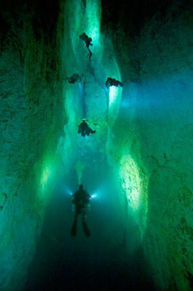 Những hang động kỳ thú dưới đáy biển Bahamas - 4