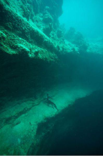 Những hang động kỳ thú dưới đáy biển Bahamas - 5