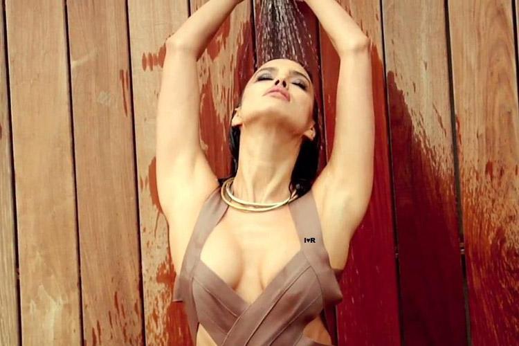 Hậu trường Irina Shayk khoe ngực hút mắt - 1