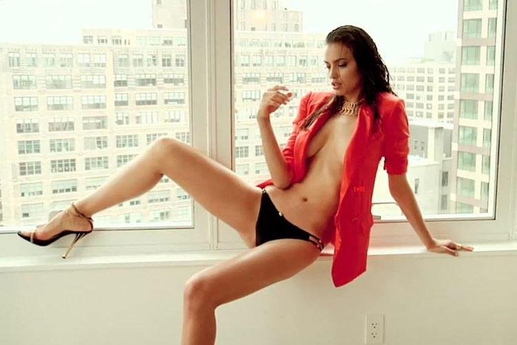 Hậu trường Irina Shayk khoe ngực hút mắt - 10
