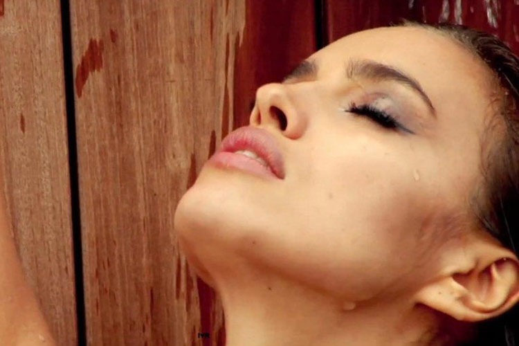 Hậu trường Irina Shayk khoe ngực hút mắt - 4
