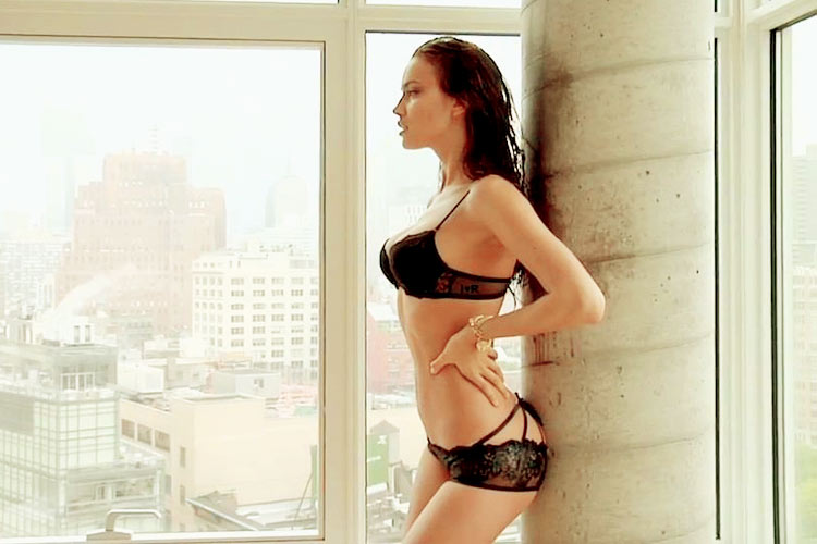 Hậu trường Irina Shayk khoe ngực hút mắt - 21