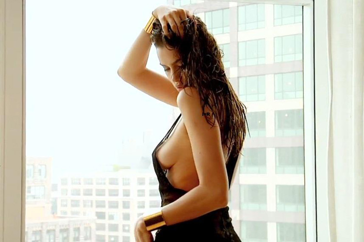 Hậu trường Irina Shayk khoe ngực hút mắt - 11