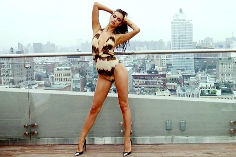 Hậu trường Irina Shayk khoe ngực hút mắt - 22