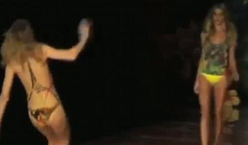 """Những cú """"vồ ếch"""" đi vào lịch sử catwalk - 7"""