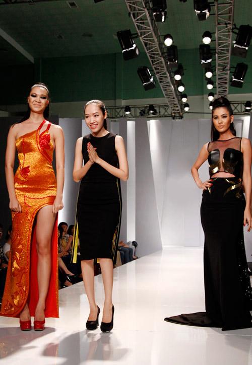 Thùy Dung sexy với váy xẻ cao - 12