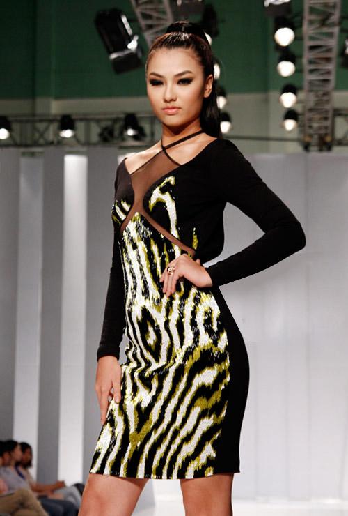 Thùy Dung sexy với váy xẻ cao - 6