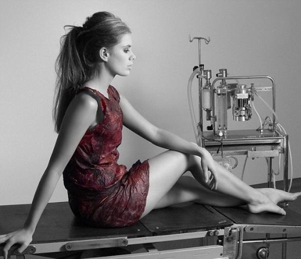 Chiếc váy làm từ… rượu vang - 1