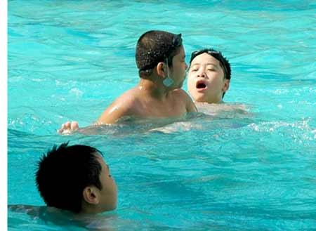 8 bệnh thường gặp khi tắm ở bể bơi - 1