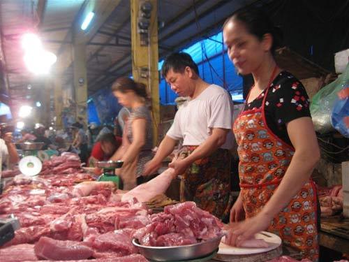 Giá thịt lợn giảm mạnh - 1