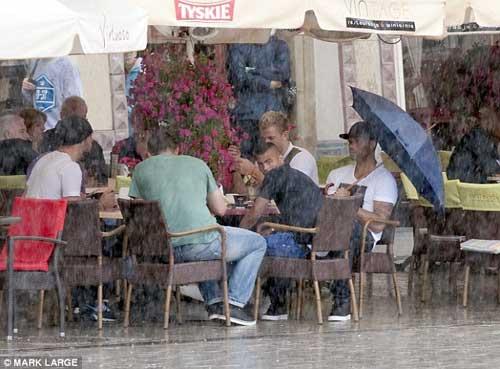 ĐT Anh đội mưa bát phố Krakow - 4