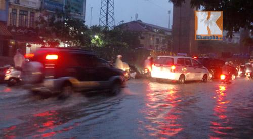 """Hà Nội thành """"sông"""" sau trận mưa lớn - 2"""