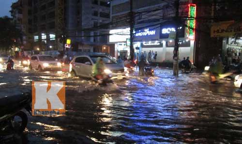 """Hà Nội thành """"sông"""" sau trận mưa lớn - 3"""