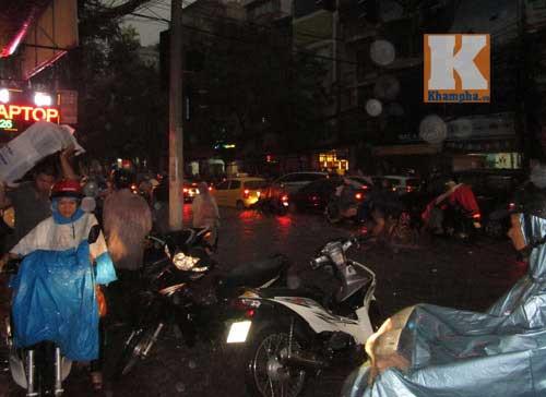 """Hà Nội thành """"sông"""" sau trận mưa lớn - 4"""