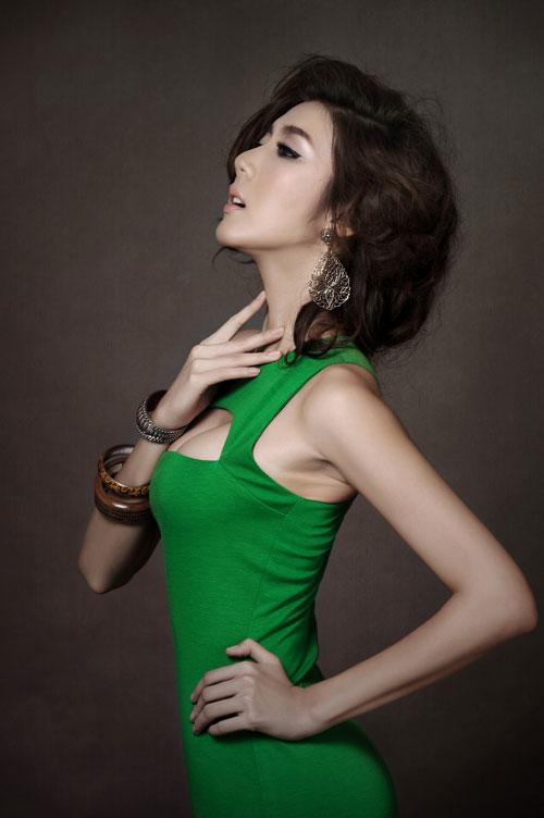 Ngọc Quyên khoe khéo khe ngực đầy - 4